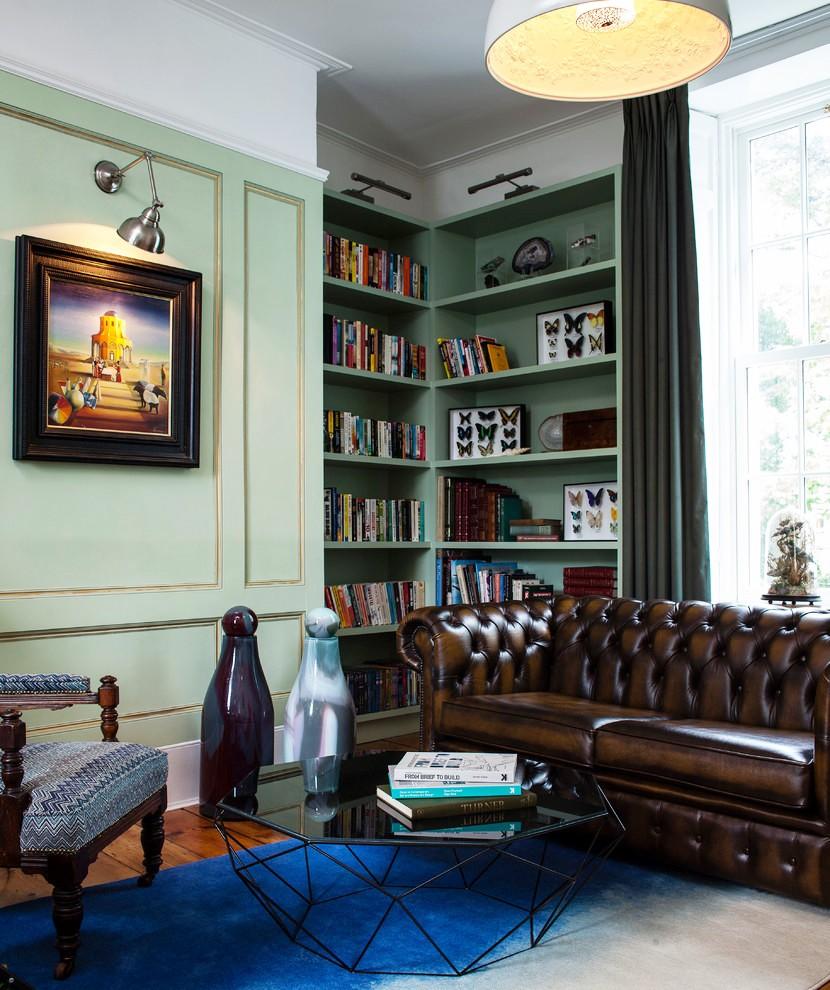 Картина с подсветкой на стене в английской гостиной