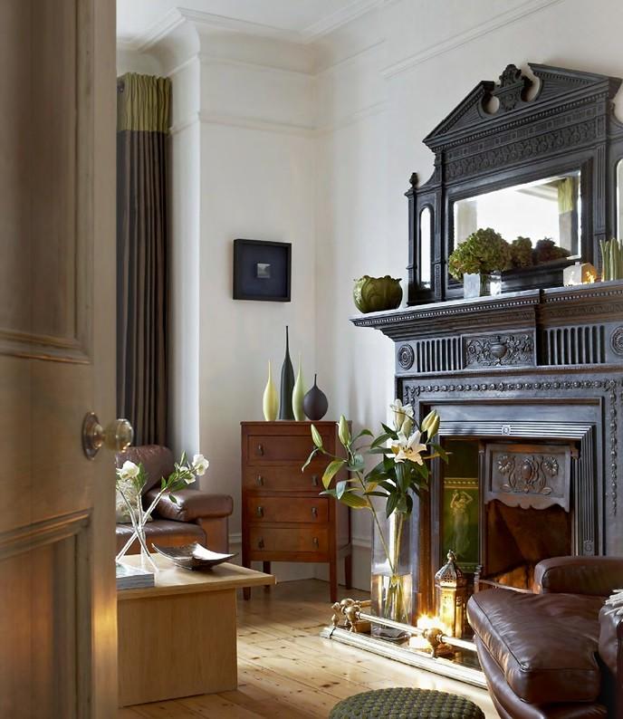 Интерьер гостиной с английским камином