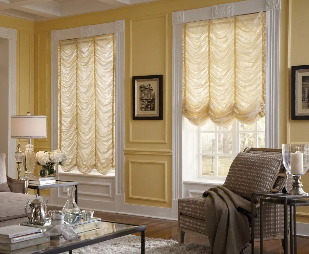 Гостиная комната с австрийскими шторами на окнах