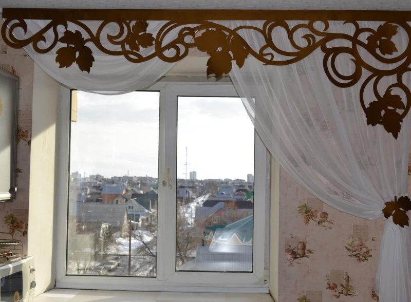 Декор кухонного окна тюлем и ламбрекеном