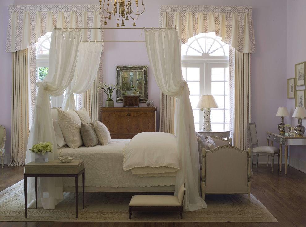 Кровать с балдахином в комнате с высокими окнами