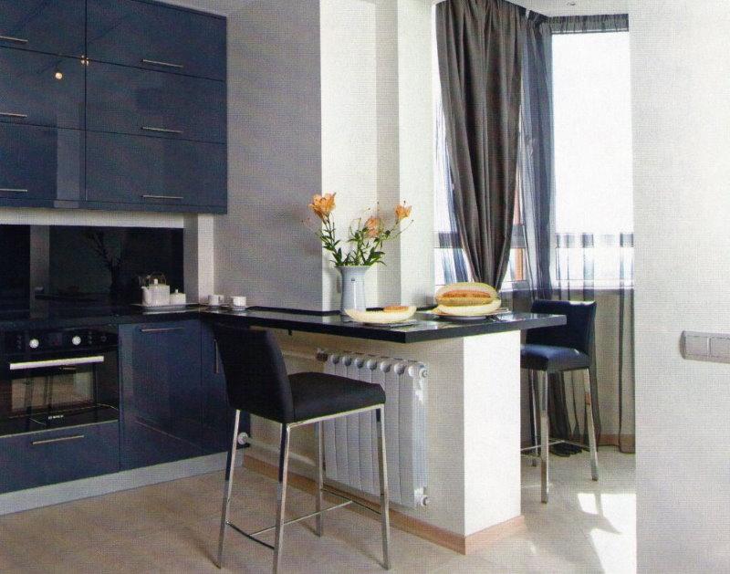Столик на месте стены между кухней и балконом