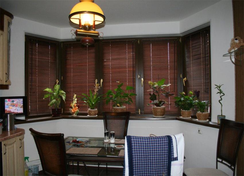 Бамбуковые шторы в эркере кухни