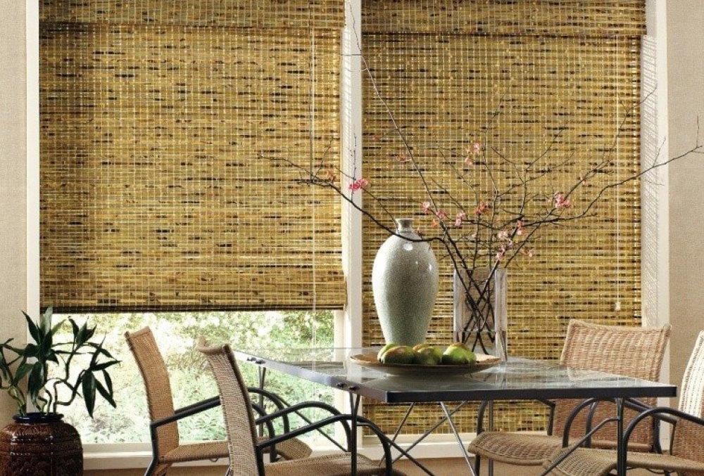 Бамбуковые шторы на окнах обеденной зоны кухни