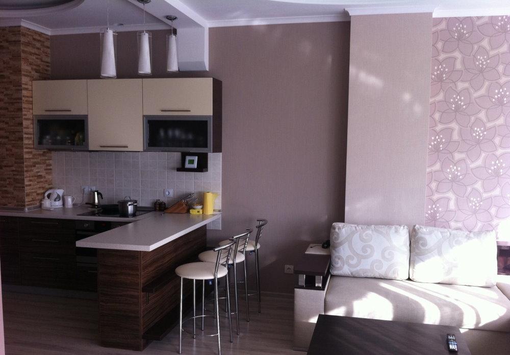 Барная стойка в кухонной зоне однокомнатной квартиры
