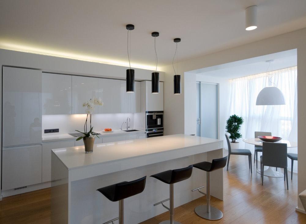 Белая барная стойка в кухне с балконом
