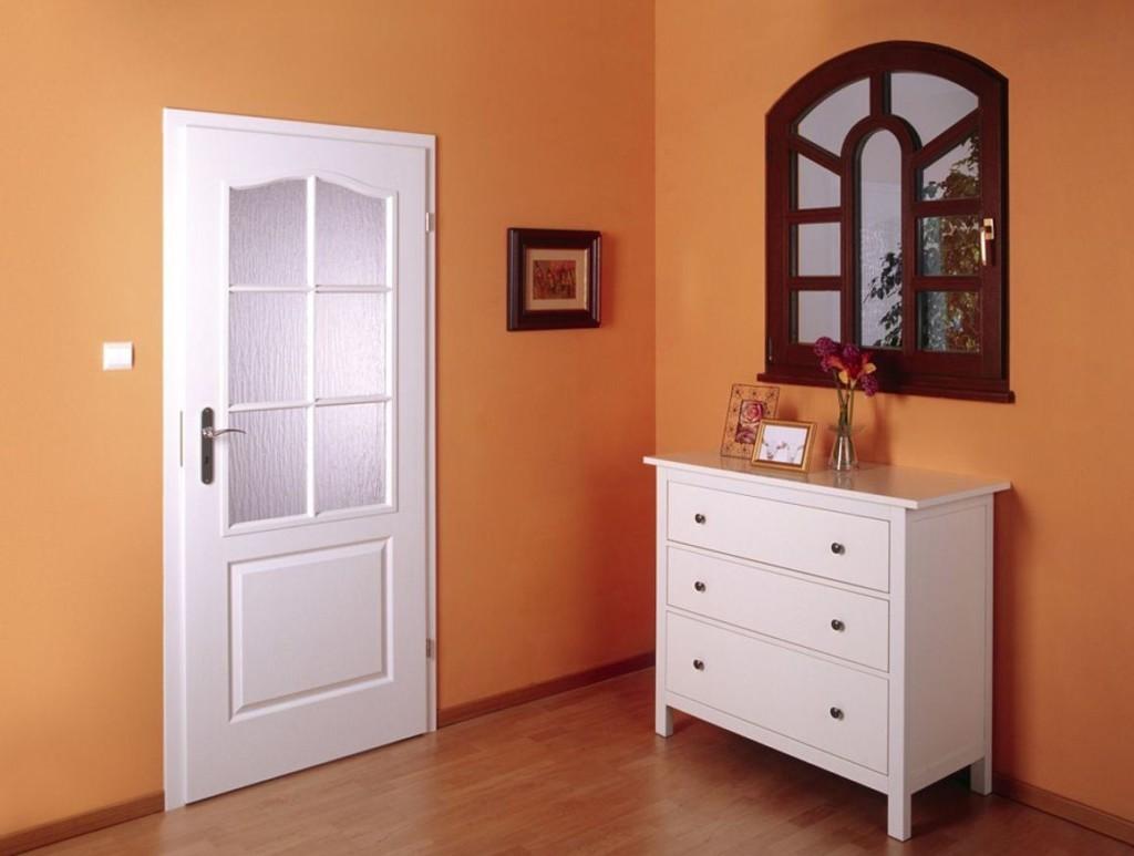 Белая дверь во входной зоне квартиры