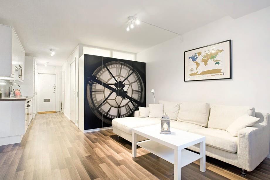 Белый диван в светлой квартире