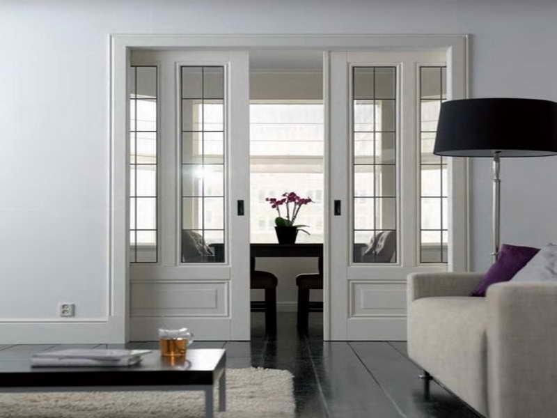 Белые раздвижные двери со стеклянными вставками