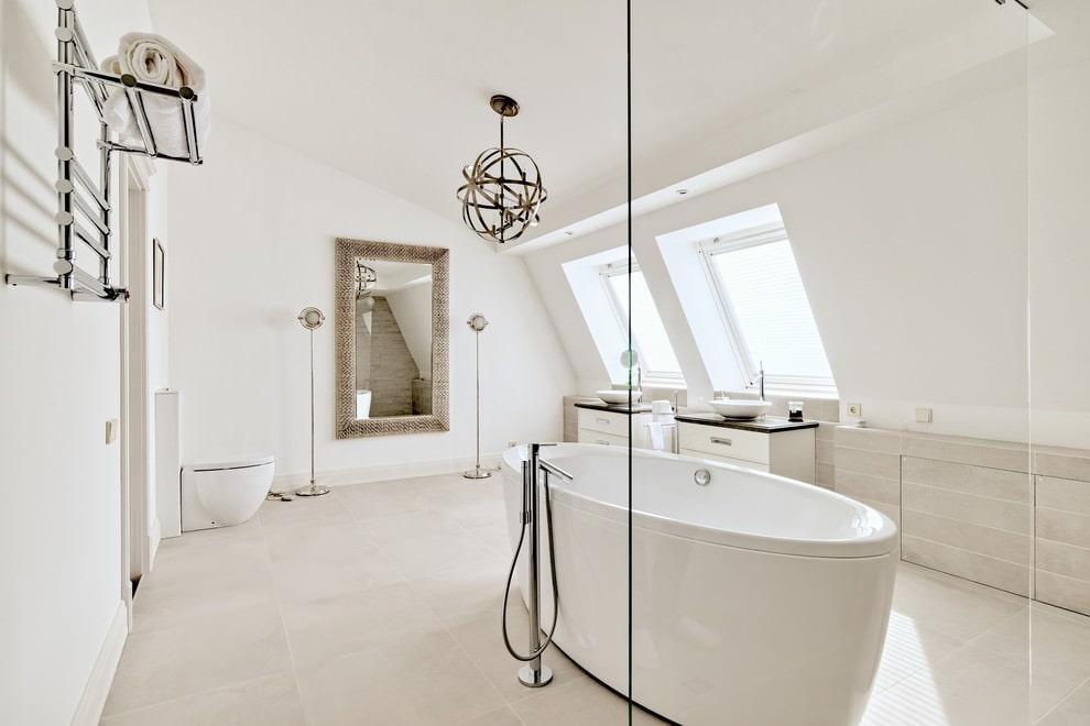 Белый матовый потолок в ванной на мансарде