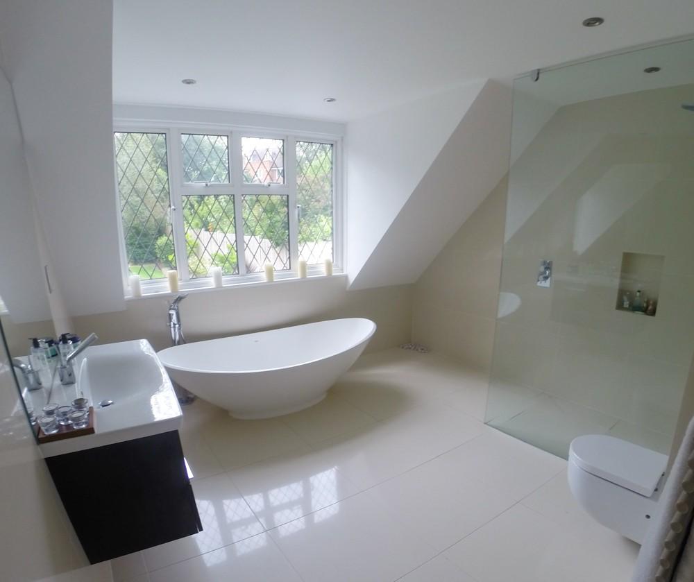 Дизайн ванной на мансарде в стиле хай тек