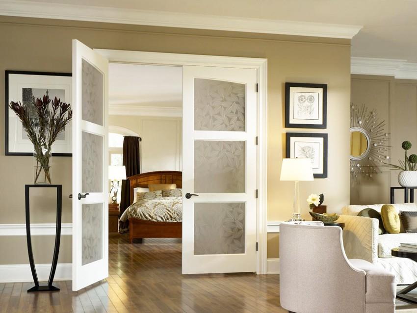 Белые распашные двери на деревянном каркасе