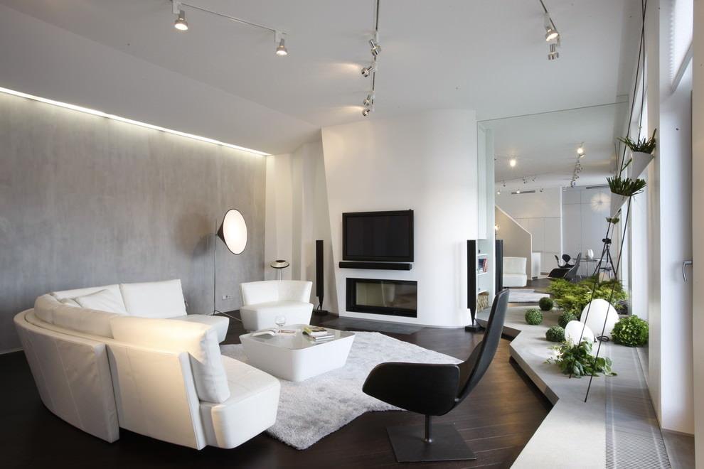Белый диван в просторной гостиной