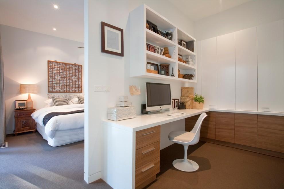 Белая мебель в интерьере кабинета-спальни