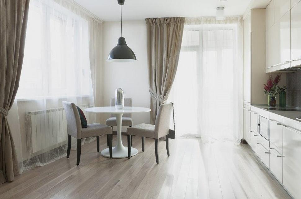 Тюлевые шторы на окне кухни с белой мебелью