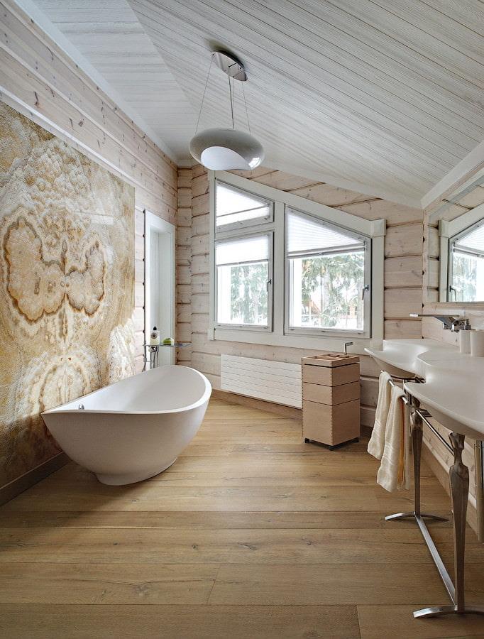 Бежевая ванная в мансарде срубового дома