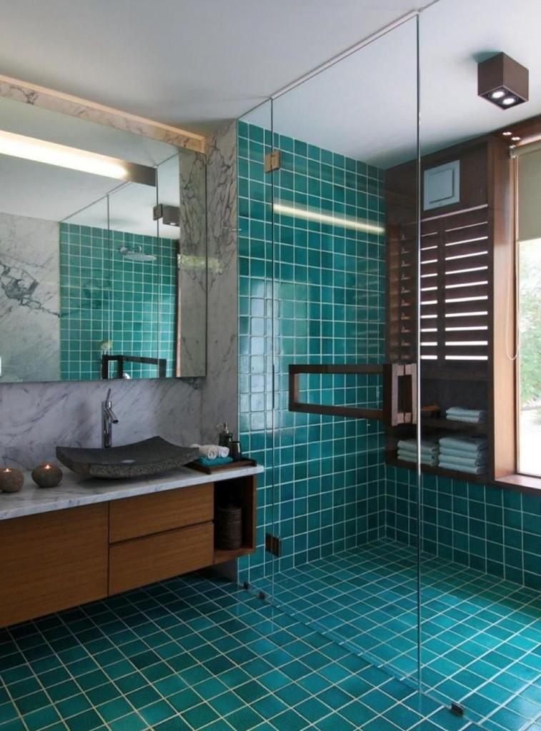 Темно-бирюзовая плитка в ванной с душевой кабиной