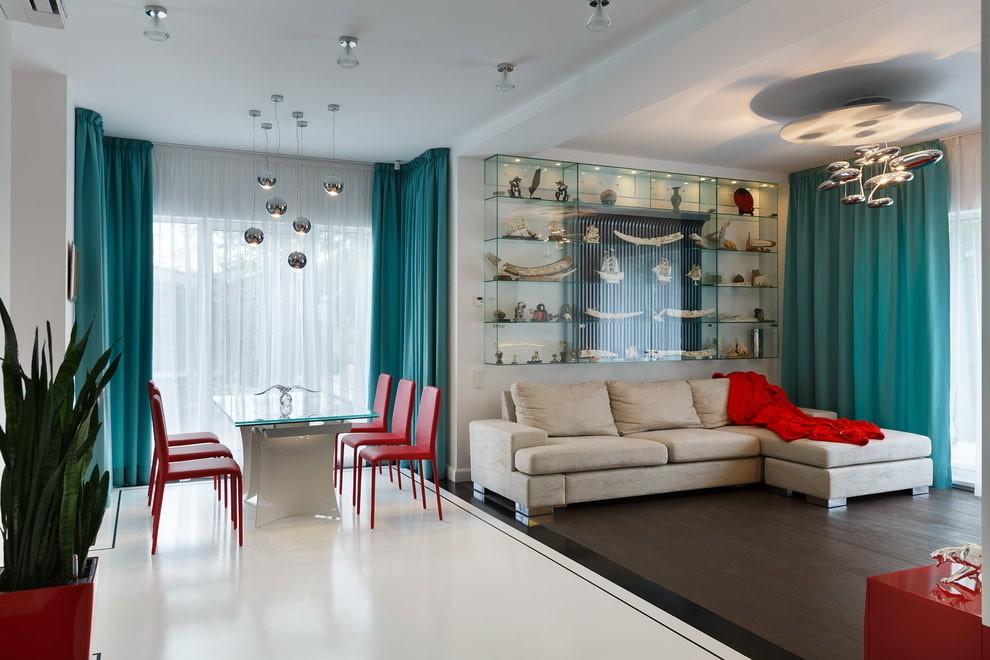 Бирюзовые шторы из плотной ткани на окне кухни-гостиной