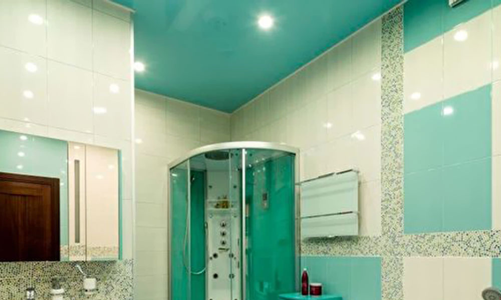 Ванная комната с потолком бирюзового цвета