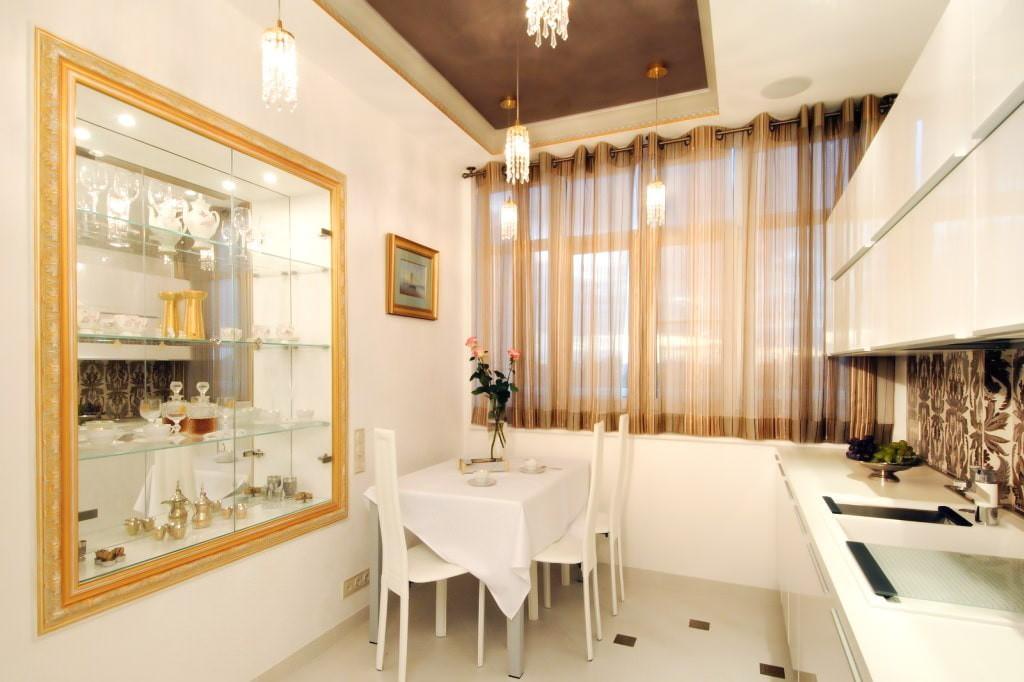 Большое зеркало в золотой раме на кухне арт-деко