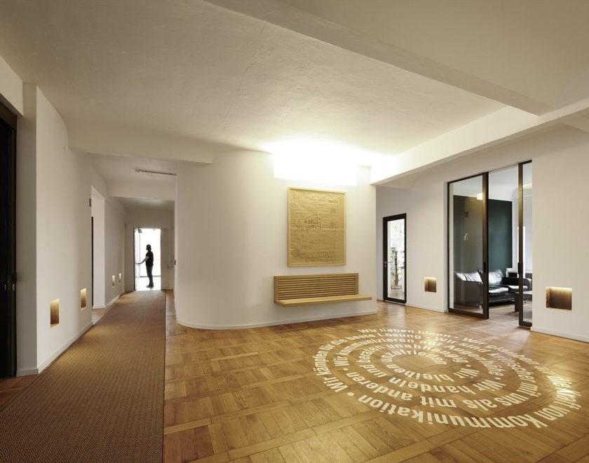 Просторный холл частного дома в стиле минимализма