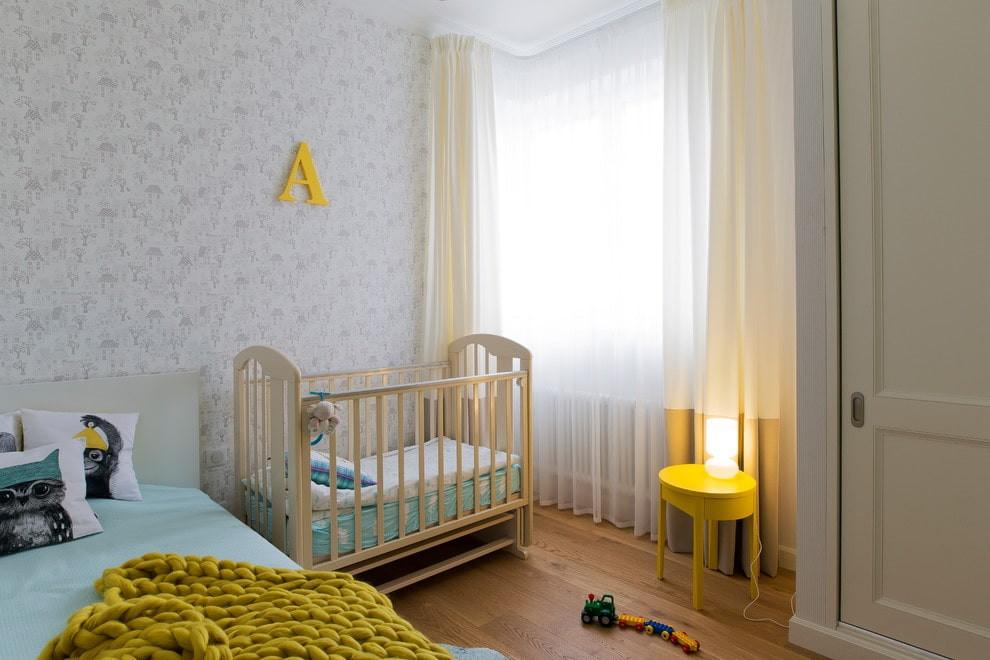 Бумажные обои с неброским рисунком на стене спальни
