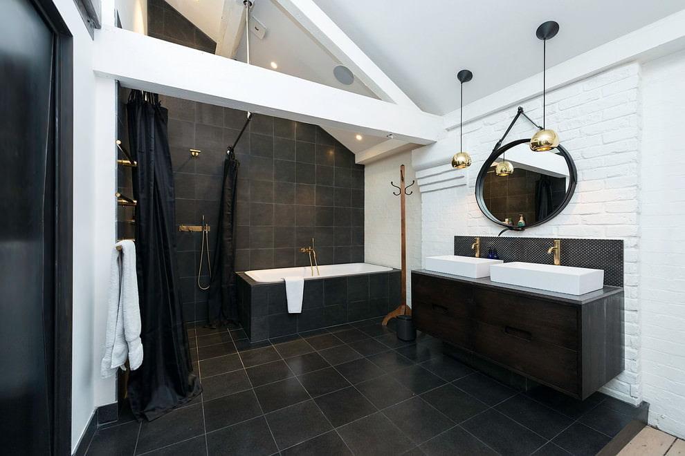 Интерьер черно-белой ванной в мансарде