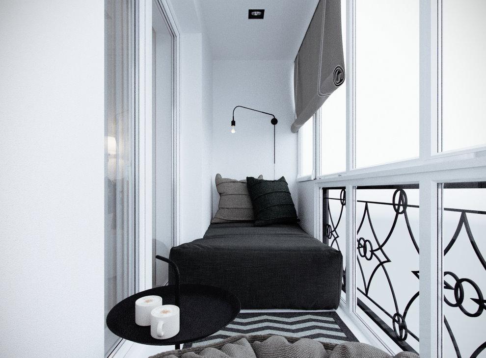 Черный матрас на застекленном балконе