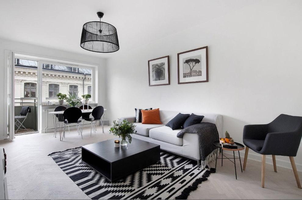 Черный журнальный столик в белой гостиной