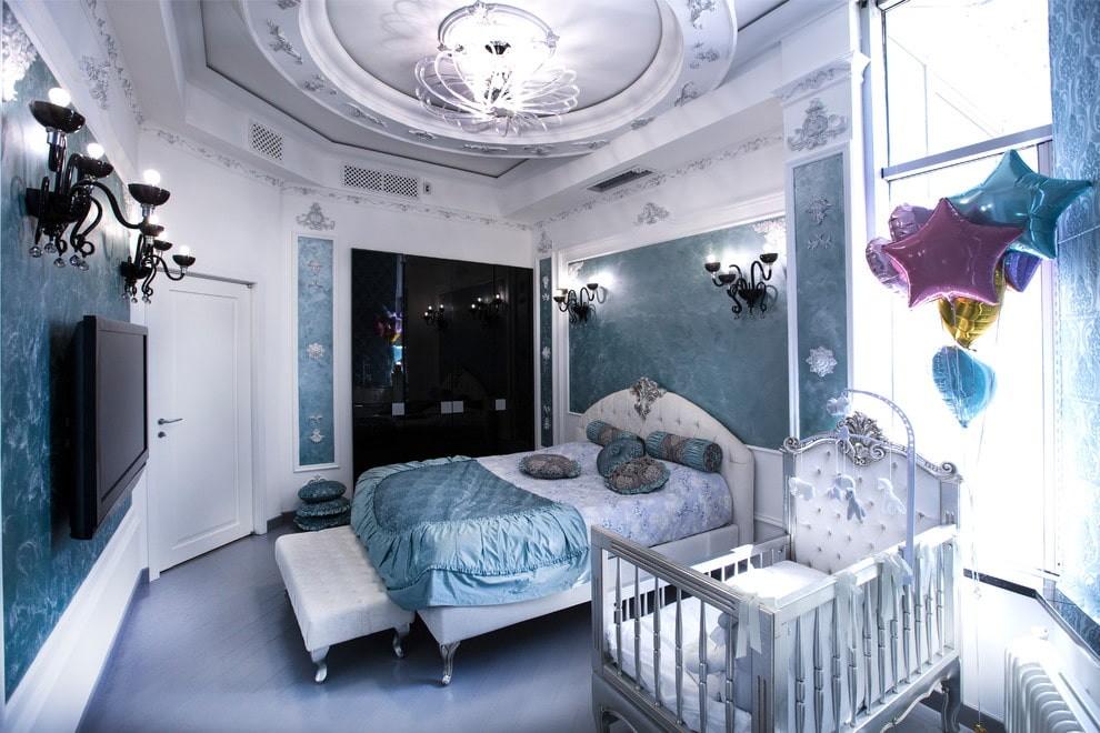 Классическая спальня с кроваткой для малыша