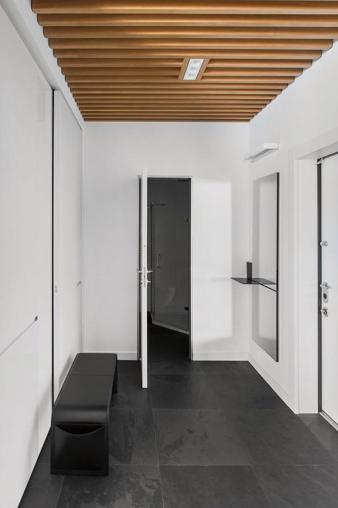 Деревянные рейки на потолке прихожей в квартире