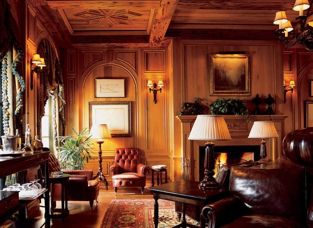 Отделка дорогой древесиной потолка гостиной