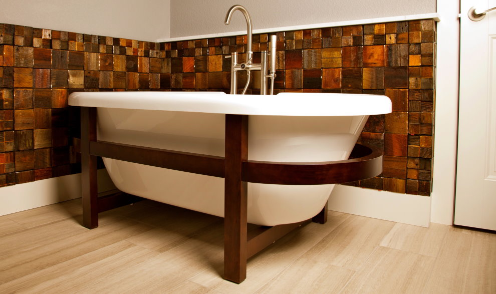 Белая ванна на деревянном каркасе