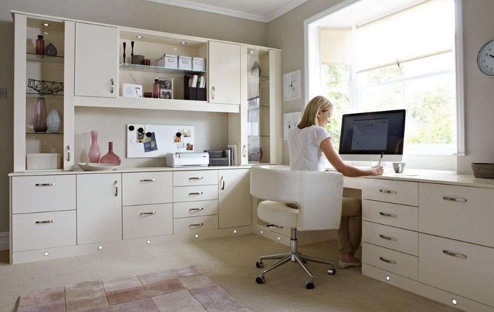 Девушка за рабочим столом в спальной комнате