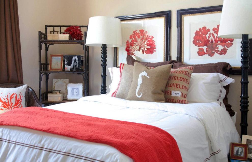 Картины в деревянных рамках над кроватью в спальне