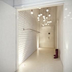 дизайн белых обоев для узкого коридора