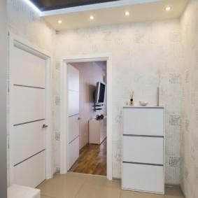 дизайн обоев для узкого коридора белого цвета