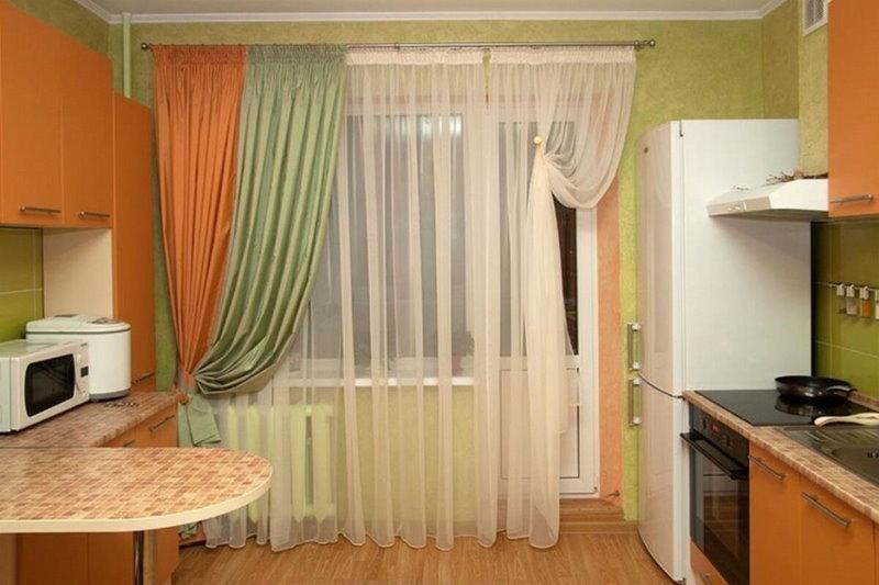 Тюлевые шторы на окне кухни с балконом