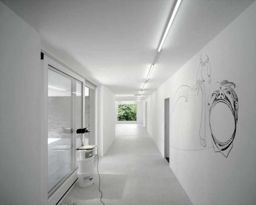 Длинный минималистический коридор в белом цвете