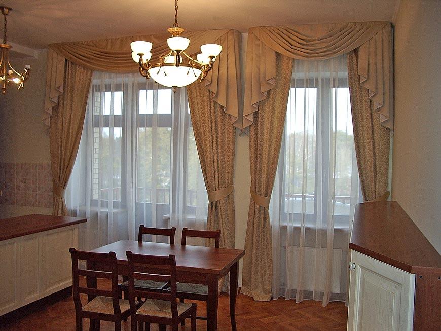 Кремовые шторы на кухонных окнах