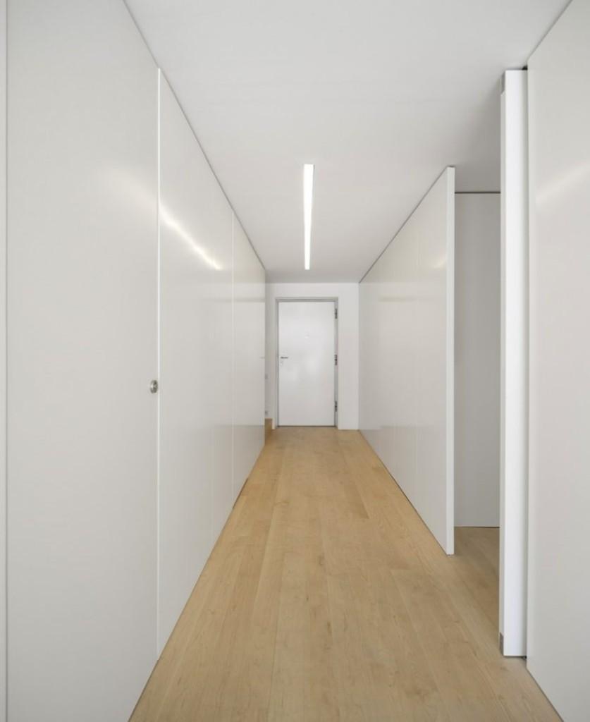 Комфортное освещение узкого коридора в стиле минимализма