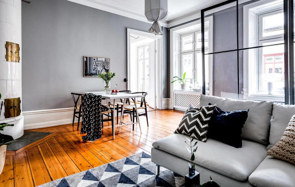Лакированный деревянный пол в комнате без штор