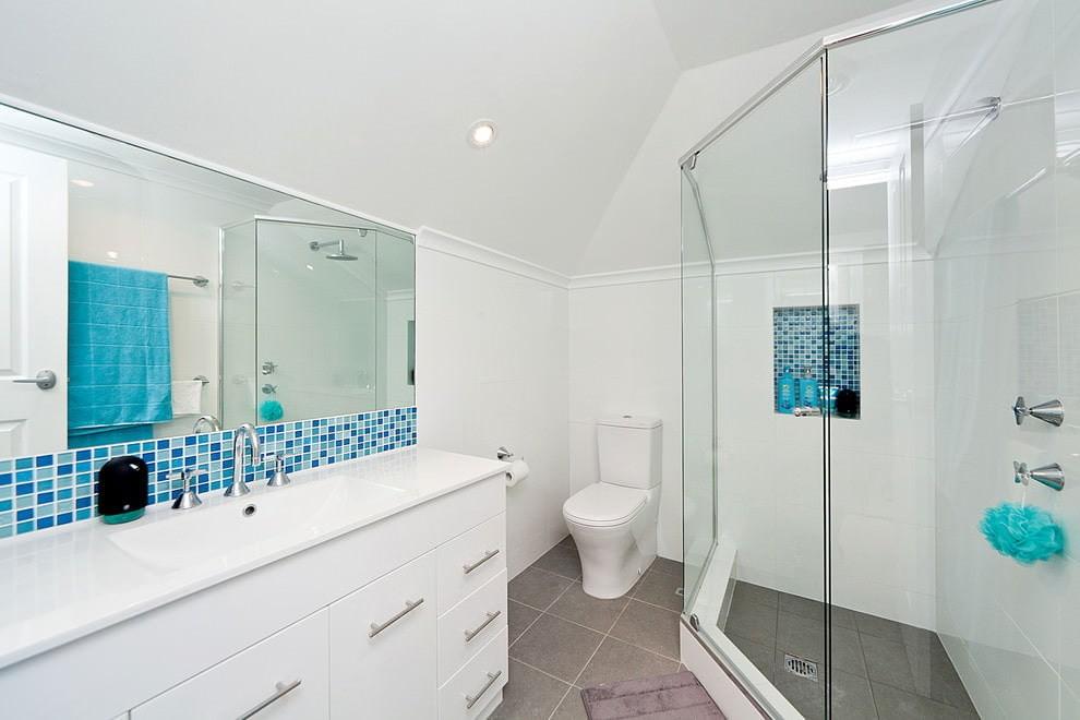 Санузел с душем в мансарде частного дома