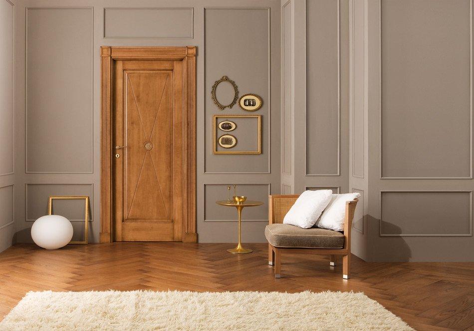 Деревянная дверь в гостиной с паркетным полом