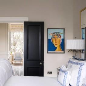 Черная дверь в светлой спальне