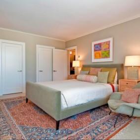 Интерьер спальной комнаты с белыми дверями