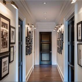 Узкий коридор квартиры с дверями темного цвета