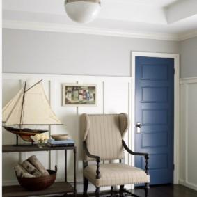 Синяя дверь распашного типа