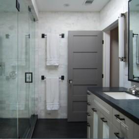 Серое полотно двери в ванной комнате