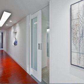 Сдвижная дверь в коридоре панельного дома